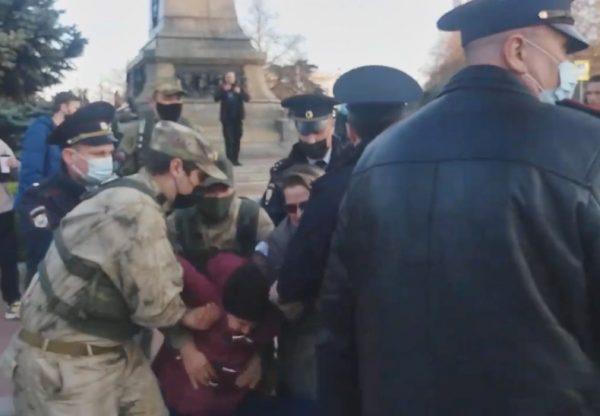 В Севастополе задержали участницу незаконной акции в поддержку Навального